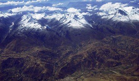 La Cordillera Blanca cuenta con más de 834 lagunas, convirtiéndose en fuente esencial para el abastecimiento de agua potable, el desarrollo de la agricultura, ganadería, transporte, turismo, y para el funcionamiento de la Central Hidroeléctrica del Cañón del Pato.
