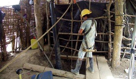 El proceso de explotación se realiza a través de zanjas que se abren en el suelo. En ellas, descienden los mineros para una extracción manual de los minerales. Estas zanjas pueden tener entre 80 a 120 metros de profundidad. El minero sobrevive a través de un tubo donde recibe aire generado por una máquina. Los únicos implementos de seguridad que utiliza son un casco y un arnés simple.