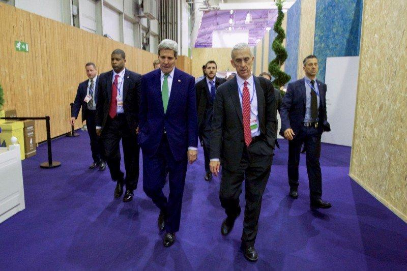 Secretario de Estado de EE.UU., John Kerry, y delegado Todd Stern.