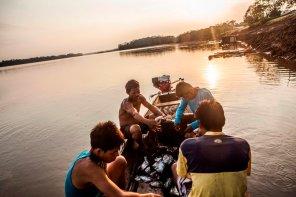 La pesca es la principal actividad de subsistencia en Tres Esquinas. Luego de una jornada de trabajo, Dagoberto y sus compañeros seleccionan y reparten lo pescado