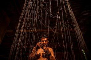 Dagoberto Patricio Malafaya, pescador de la comunidad Tres Esquinas y presidente de la Asociación de Pescadores y Procesadores Artesanales (APPA) Los Cocodrilos, repara con cuidado y destreza las redes para la jornada del día siguiente.