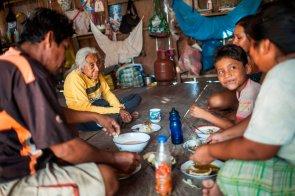 La familia Amasifuen Tapullima almuerza en la sala de su maloca: palometa, arroz, yuca, plátano y ají charapita. Sus alimentos provienen de la pesca en el río y de lo que cosechan de sus chacras.