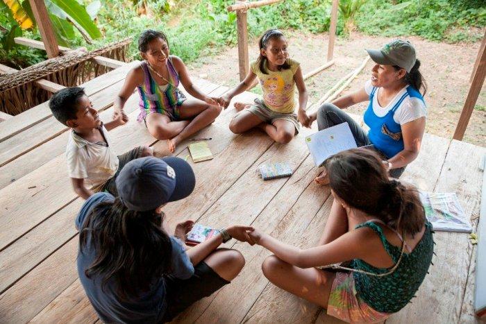 Los alumnos de la clase de kukama Kukamiria se toman de la mano para cantar una canción en su lengua compuesta por la profesora Karen Manuyama.