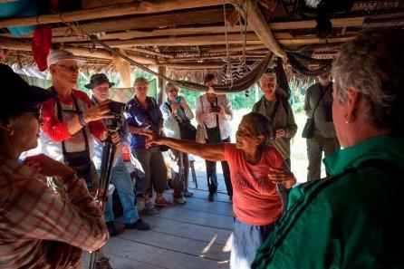 Algunos cruceros hacen turismo por la Reserva Nacional Pacaya Samiria y visitan Puerto Prado para conocer el Área de Conservación Privada y el estilo de vida de sus habitantes. En la imagen, un grupo de visitantes australianos escucha sobre la historia familiar de una de las matriarcas de la comunidad.