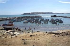 """La caleta de pescadores """"La Islilla"""" es una zona privilegiada por su ubicación frente a la isla Foca. El lugar es un ejemplo de lucha para lograr el equilibrio de los distintos tipos de pesca y el turismo sostenible."""