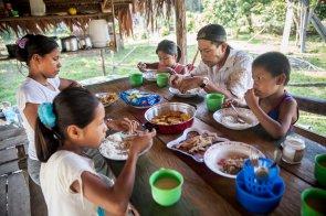 Entonces, llega el día de salir de cacería. El desayuno en familia, con patacones, arroz y boquichico frito, brindará las energías necesarias para emprender la jornada.