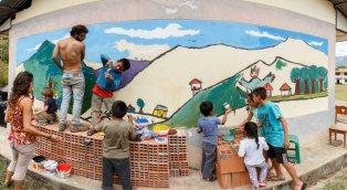 Pintamos un mural para ir mejorando la cara de las casas de Cocachimba. Niños y adultos se dieron un tiempo para dejar su arte.