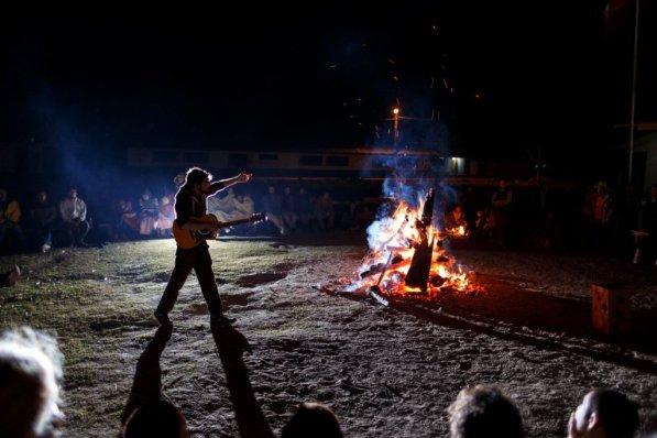 Los niños y los adultos se ganaron con una noche para compartir. Luego degustaron el tradicional pan en palo de la comunidad, que se cocina en la misma fogata.