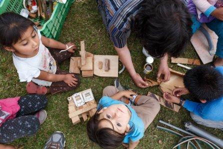 Los niños utilizaron madera, plástico, botellas, cuerdas y más, para hacer sus juguetes en los talleres.