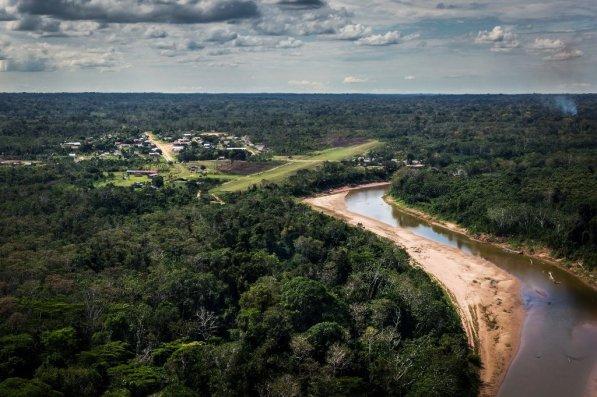 Puerto Breu desde los cielos. Breu, es una de las capitales distritales más pequeñas del país. Está asentada junto al río Yurúa, que nace del bloque de áreas naturales protegidas del Purús y que fluye hacia Brasil, llegando a juntarse con el río Amazonas antes de desembocar en el mar.