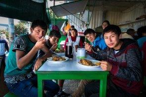 Un grupo de jovenes desayuna bien taipá en el local más antiguo del mercado.