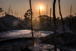 La minería ilegal cerca de poblaciones indígenas produce la contaminación del agua, suelo y deforesta el hábitat natural de donde provienen los alimentos.