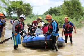 Bomberos y salvavidas ayudaron en todo momento a evacuar a las personas, en especial a las que vivían en Molino Azul (Catacaos), una de las zonas más afectadas.