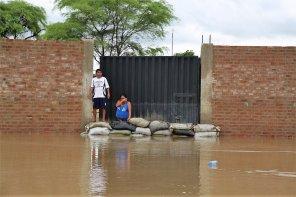 Esta pareja no quiso salir de sus predio y arriesgó su vidas ante la nueva inundación.