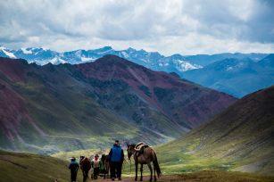 La Montaña de Siete Colores es un lugar atractivo para los turistas de todo el mundo que llegan hasta la comunidad de Pampachiri, distrito de Pitumarca, en la provincia de Canchis, para gozar de las espléndidas vistas que ofrece Vinicunca y las montañas de sus alrededores. Foto: Carmen Contreras / SPDA