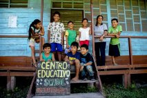 En Boca Pariamanu solo hay dos pequeñas escuelas. Una de inicial y otra primaria, hasta sexto grado. En el caso de primaria, son once alumnos de diferentes grados que estudian en un solo salón. En inicial son cinco alumnos. Además de la humilde infraestructura de madera, les falta libros y material educativo en general. Foto: Vico Méndez / SPDA