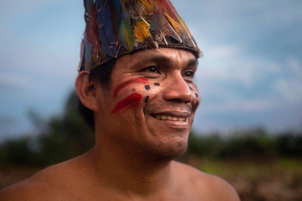 """""""Ha sido difícil conseguir el título, fueron más de 30 años de conflictos con nuestros vecinos"""", dice Rolín Pacaya al contar sobre el proceso de titulación de sus territorios. Para ello contaron con el apoyo de la Federación Nativa del Río Madre de Dios y Afluentes (Fenamad), así como la Sociedad Peruana de Derecho Ambiental (SPDA), que apoyaron con el tema de saneamiento. """"Gracias a Fenamad y la SPDA se agilizó bastante"""", agrega. Foto: Diego Pérez / SPDA"""