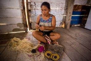 Las comunidades también plasman su conocimiento ancestral en artesanías a base de chambira. Foto: Spectabilis/SPDA