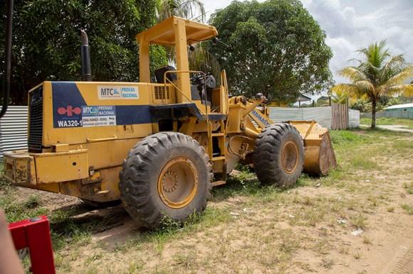 Tractores que abrieron los caminos dentro de Centro Arenal.