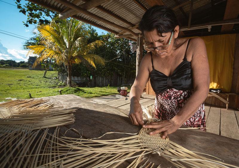 Las elaboración y venta de artesanías constituyen parte importante de la economía de muchas de las comunidades en las ACR. Foto: SPDA/Spectabilis