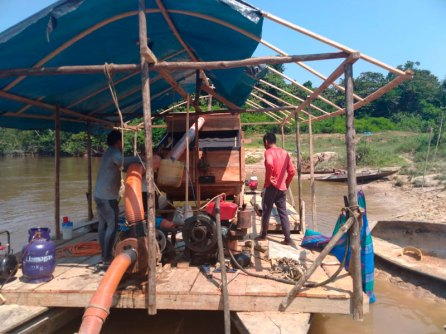 Dragas operando en la comunidad Porvenir, río Chambira. Foto: Sernanp