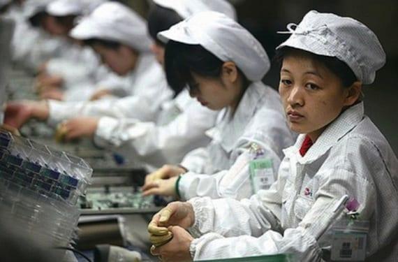 factory workers apple e1378377018219 China Labor Watch denuncia presuntos abusos laborales en la fabricación del iPhone 5C
