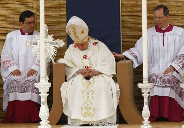 El Papa Benedicto XVI ya había sido sorprendido durmiendo en el Vaticano en 2010.