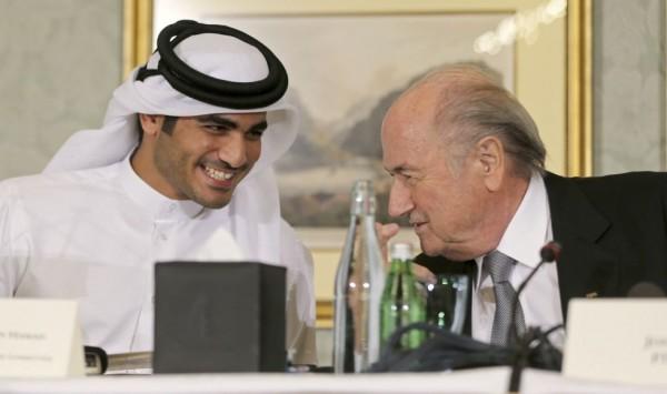 """""""Calletano pues, yo veré"""", parece decirle el Jeque a Blatter."""