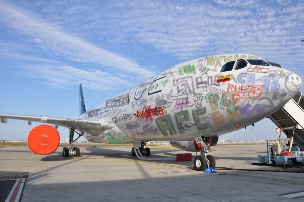 los grafiteros bogotanos ya pintaron un A320