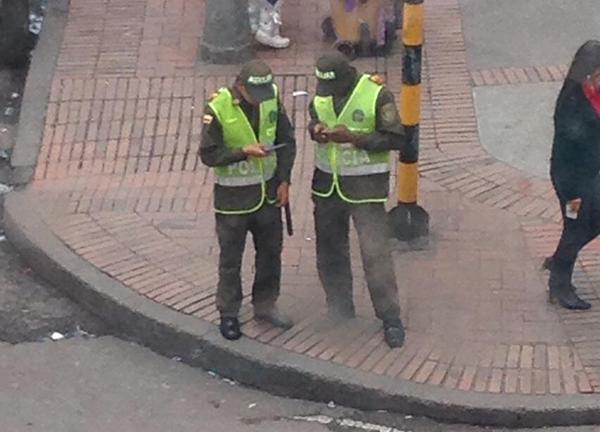 Policías bachilleres viendo el celular, una imagen tan colombiana como el sombrero vueltiao.