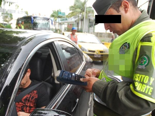 ¿Necesita copia del recibo?, pregunta el agente al conductor, que se acaba de salvar de una multa gracias a este avance.