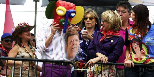 El presidente Santos se quitó su máscara durante un desfile en el carnaval de barranquilla