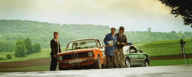 """Karl (à droite) contrôlant un membre des """"Soirées Barbecue"""" (à gauche) - Actu Auto France"""