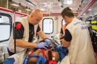 Sur le trajet de l'hôpital, l'équipe poursuit les soins dispensés dans la rue, afin de stabiliser le patient avant son arrivée à l'hôpital. © Pascal VO