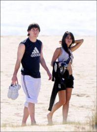 Antonella Roccuzzo et leo messi sport à la plage