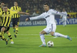 Cristiano en plein dribble Match Borussia Real (phase de groupe)