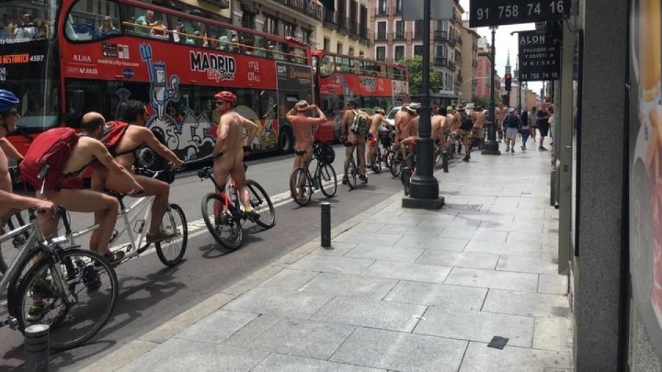 Ciclistas desnudos en la gran vía, España, foto AFP