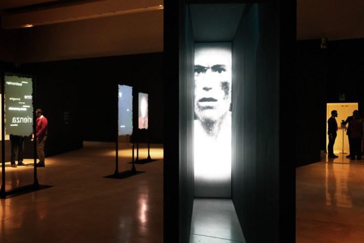 Allestimento della mostra Testimoni dei Testimoni. Ricordare e raccontare Auschwitz © Studio Azzurro