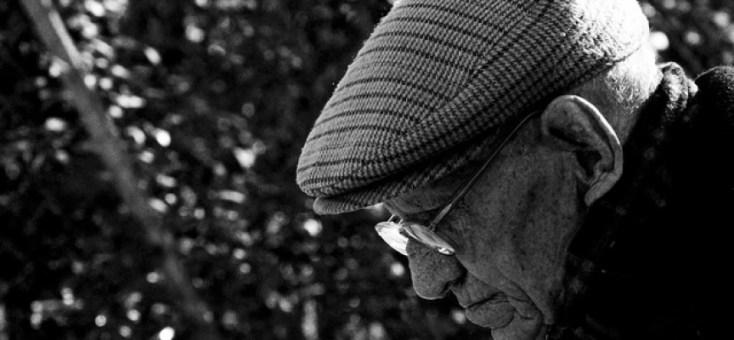 Resultado de imagen de anciano triste