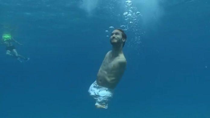 Nick Vujicic swimming ! PC : www.adaptnetwork.com