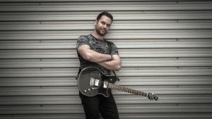 Autor, pjevač, gitarist i producent
