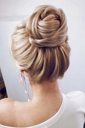 Fashionable Hairstyle Ideas For Summer Wedding Guest26