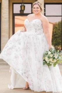 Impressive Wedding Dresses Ideas That Are Perfect For Curvy Brides01