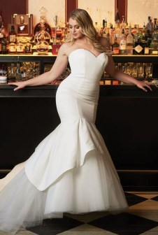 Impressive Wedding Dresses Ideas That Are Perfect For Curvy Brides10