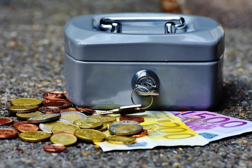 caisse avec clé et argent billets pièces