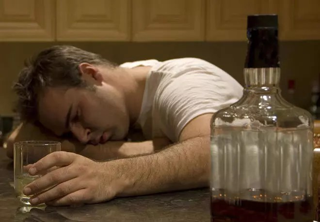 تعاطي الكحوليات والمخدرات يجلبان النعاس – خطأ علمي فادح