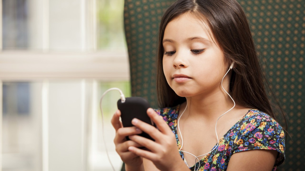 A young girl with an iPod, engaging in music therapy for ADHD