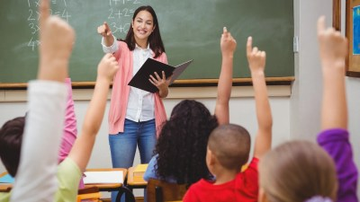 Students who are interested raise their hands to participate in class.