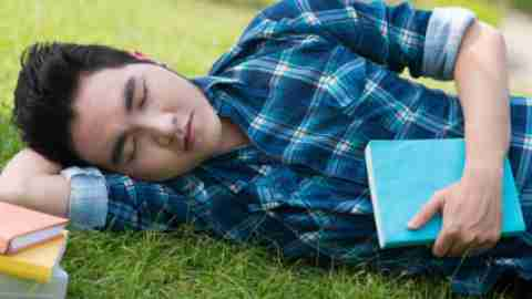 Experts say that mostpeople need to sleep eight to nine hours a night to remember what they've learned. Teens need even more.Thirty-minute afternoon naps can help. Be sure these siestas don't runlonger than 30 minutes, though, since extended shuteye could leave you tossing and turningat bedtime.