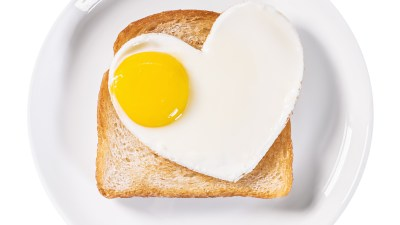 heart-shaped fried eggs and fried toast are a healthy breakfast for ADHD kids